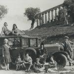agrigento_un-gruppo-di-donne-posa-su-unauto-depoca-alla-valle-dei-templi