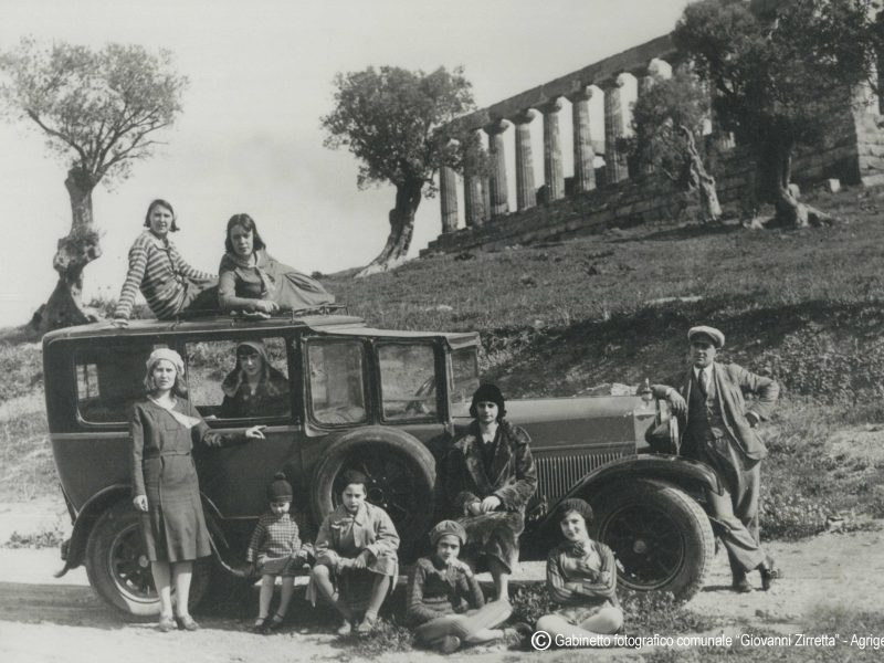 Girgenti, gruppo di turisti nella vale di templi