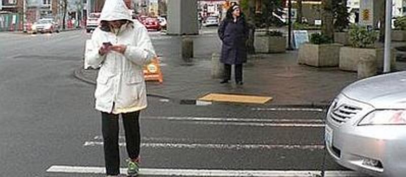 Una legge per vietare l'uso dei cellulari mentre attraversi