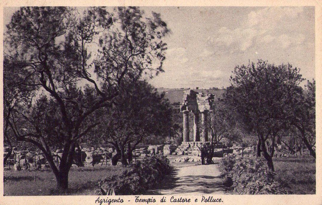 Valle dei Templi di Agrigento: con gli scavi del 19835-36 si innalzano le tre colonne del tempio di Castore e Polluce