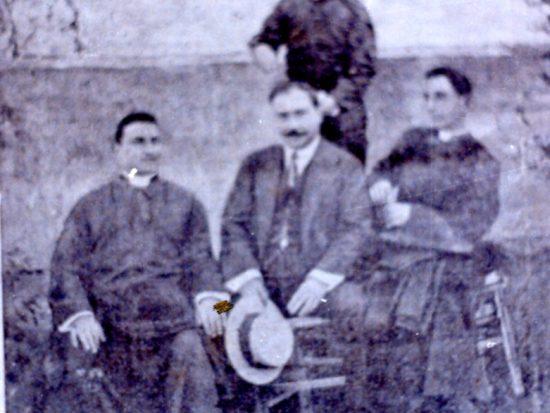 da sinistra a destra: monsignor piazza, rosario gallo, don luigi sturzo, in piedi don michele sclafani